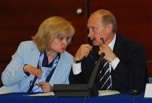 Президент России Владимир Путин и Координатор проекта Гражданская восьмерка-2006 Элла Памфилова на Форуме Гражданской восьмерки, 4 июля 2006г.